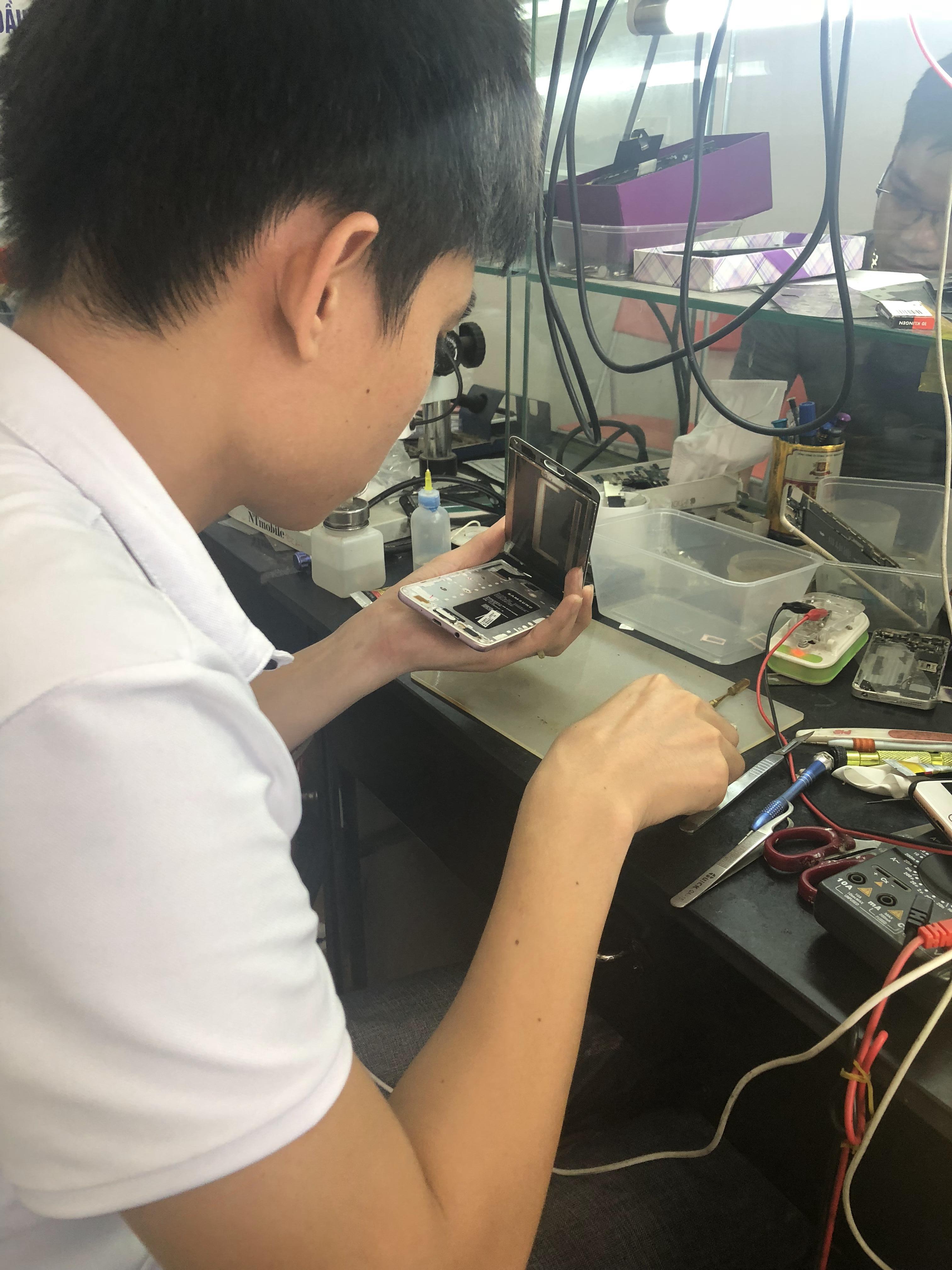 Kỹ thuật đang thay mic Samsung Note 5 cho khách hàng lấy luôn