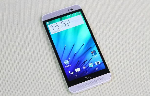 Vệ sinh mic HTC One E8 sạch sẽ trước khi đi thay mới.