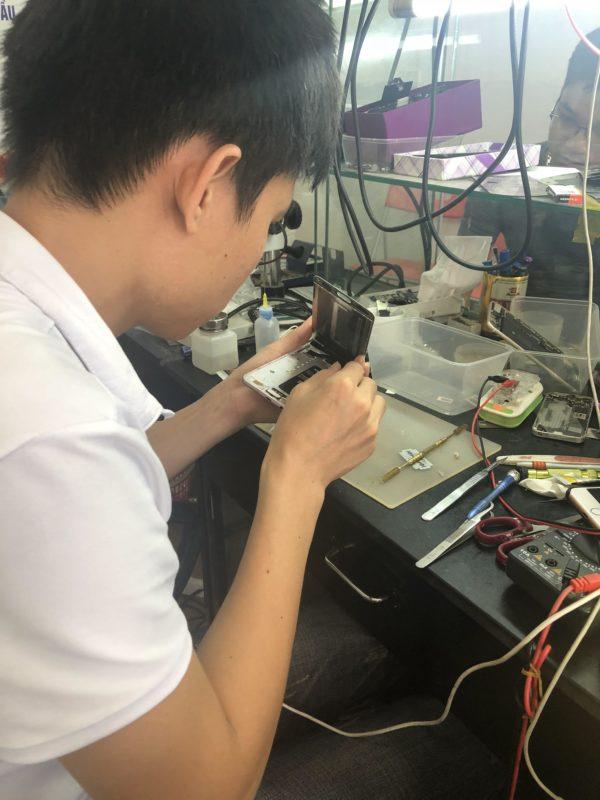 Kỹ thuật đang ép kính Samsung J7 Pro