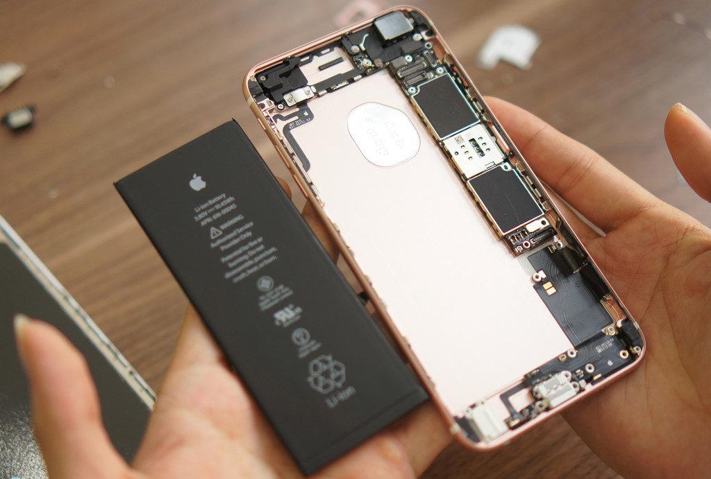 Thay IC nguồn iPhone 6S, 6s Plus khách hàng ngồi xem trực tiếp