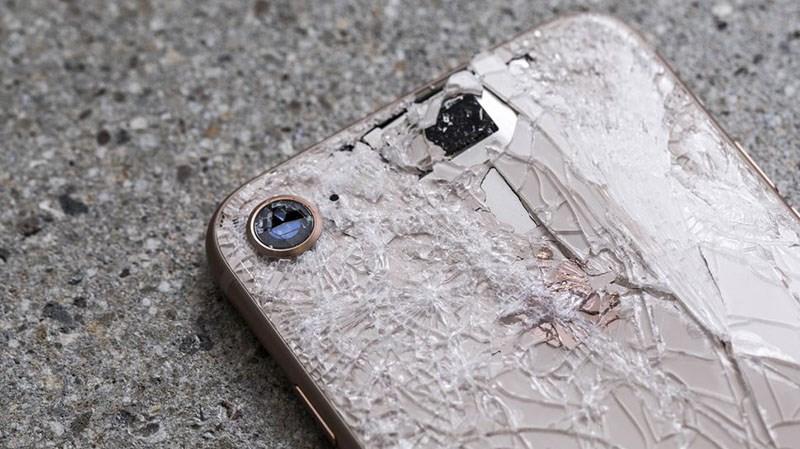 Hình ảnh kính camera iPhone 8 bị vỡ nát