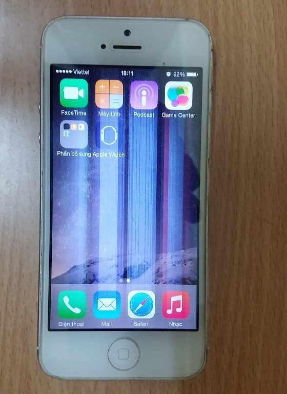 Trường hợp iPhone 5S sọc màn hình: Chỉ có cách thay thế màn hình mới khắc phục được.