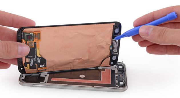 Kỹ thuật CareMobile đang sửa Samsung S6 lỗi nguồn