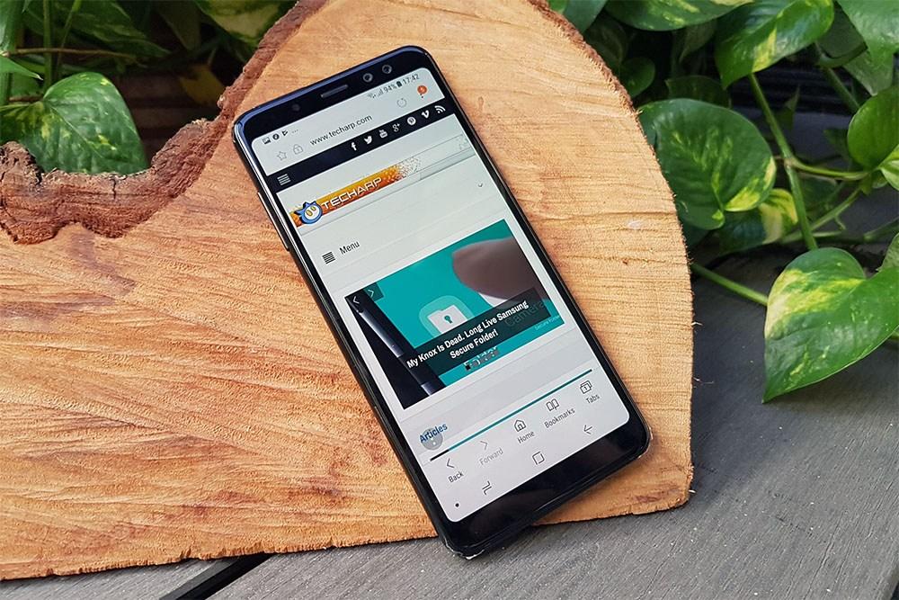 Thay mặt kính Samsung A8, khách hàng chờ lấy luôn tại Caremobile