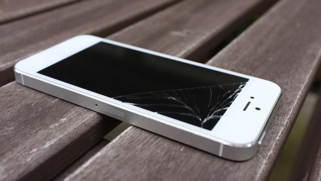Màn hình iPhone 5 bị vỡ đen chết màn hình