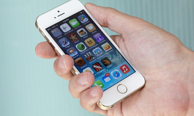 Sửa iPhone 5S mất vân tay: Kỹ thuật viên phải câu lại tất cả các đường vân tay bị đứt.