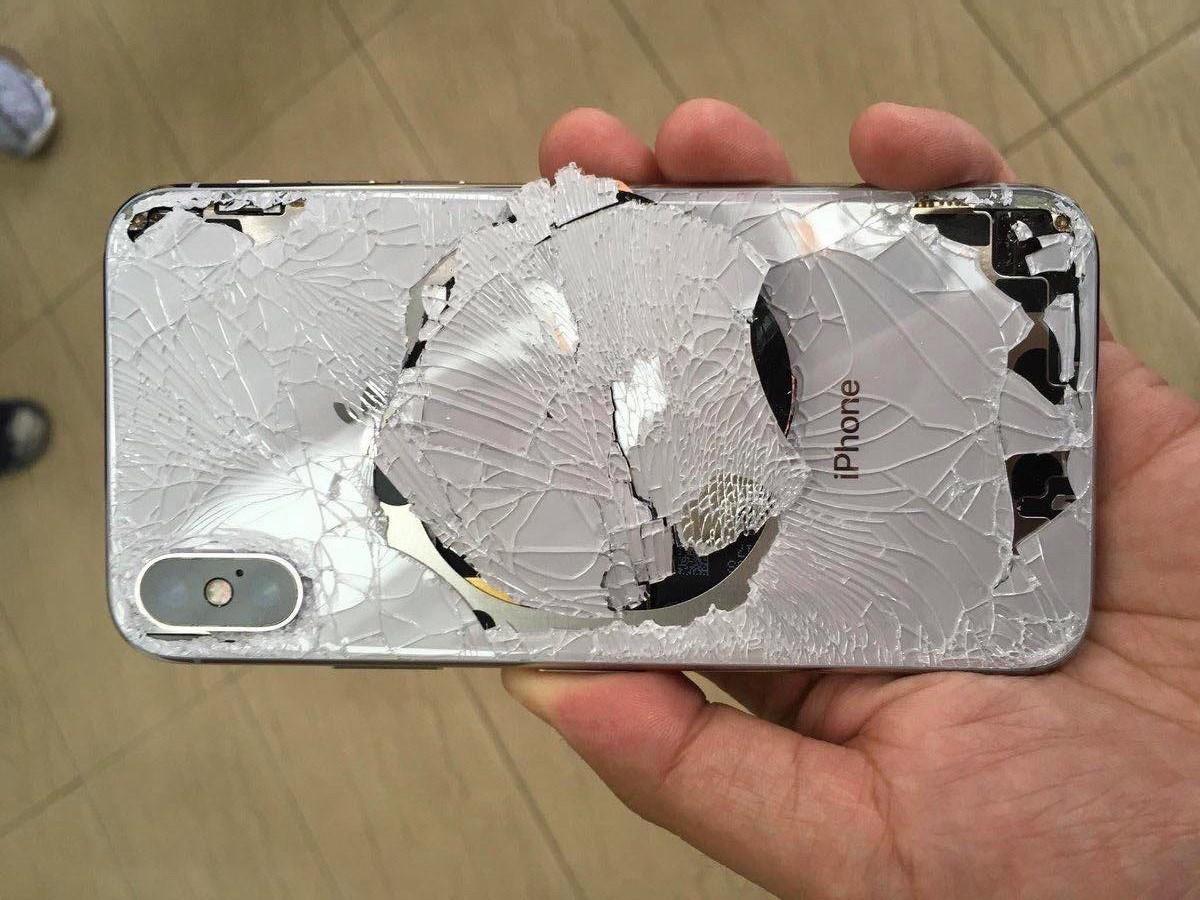 Cũng phải va đập mạnh mới có thể làm vỡ kính lưng iPhone XS