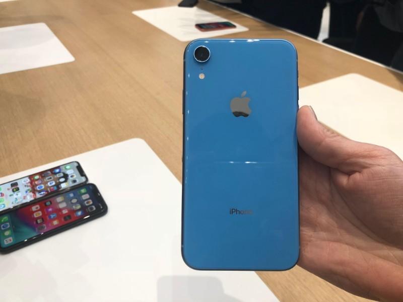 Thay kính camera iPhone XR Zin, chính hãng 100% đảm bảo độ bền cho người dùng.