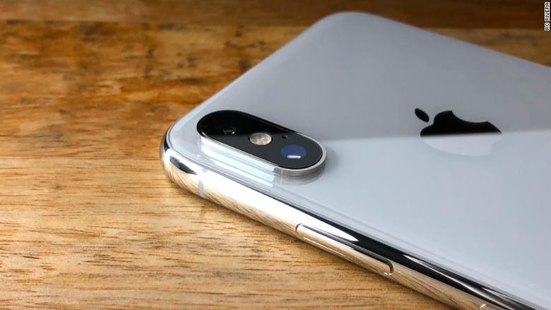Sử dụng kính camera Zin, chính hãng để thay kính camera iPhone XS cho khách hàng.