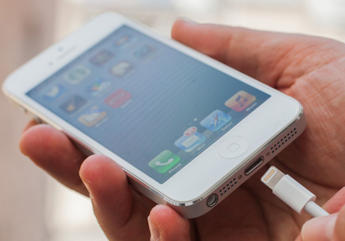 Vệ sinh chân sạc iPhone